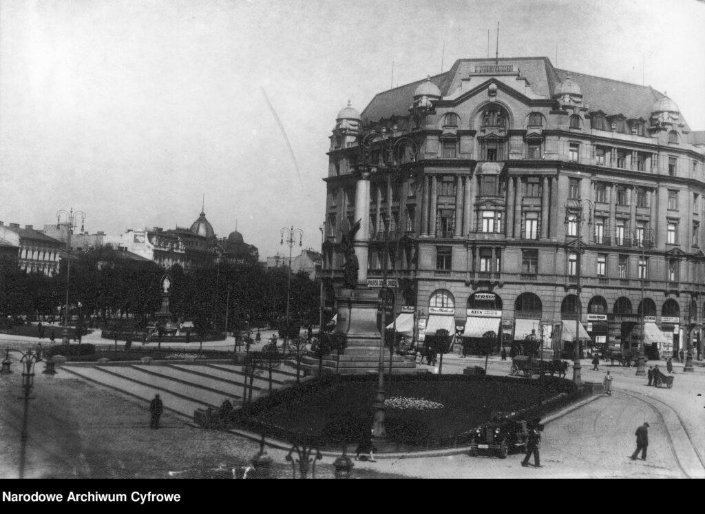 Plac Mariacki - widok na kamienicę Sprecherów i pomnik Adama Mickiewicza we Lwowie  Будинок №8 на площі Міцкевича у Львові після 1921 року